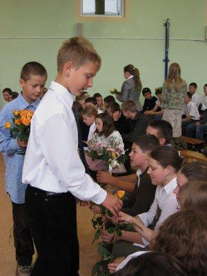 wręczanie kwiatów absolwentom