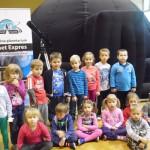 Grupa Misiów przed planetarium