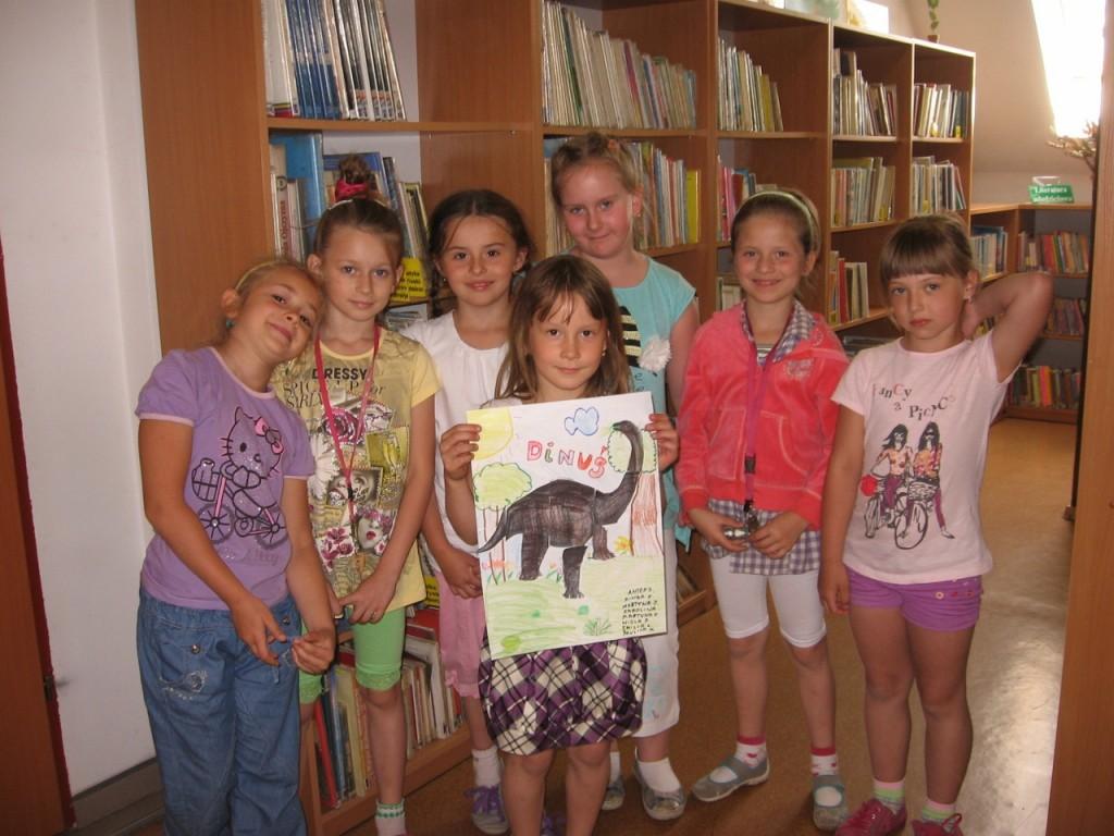Pierwszoklasisci w bibliotece