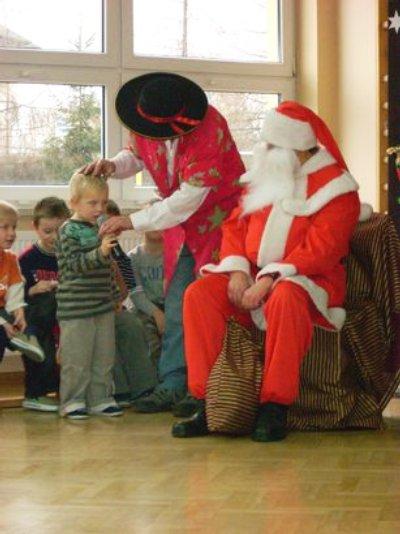 Mikołaj śpiewa piosenkę